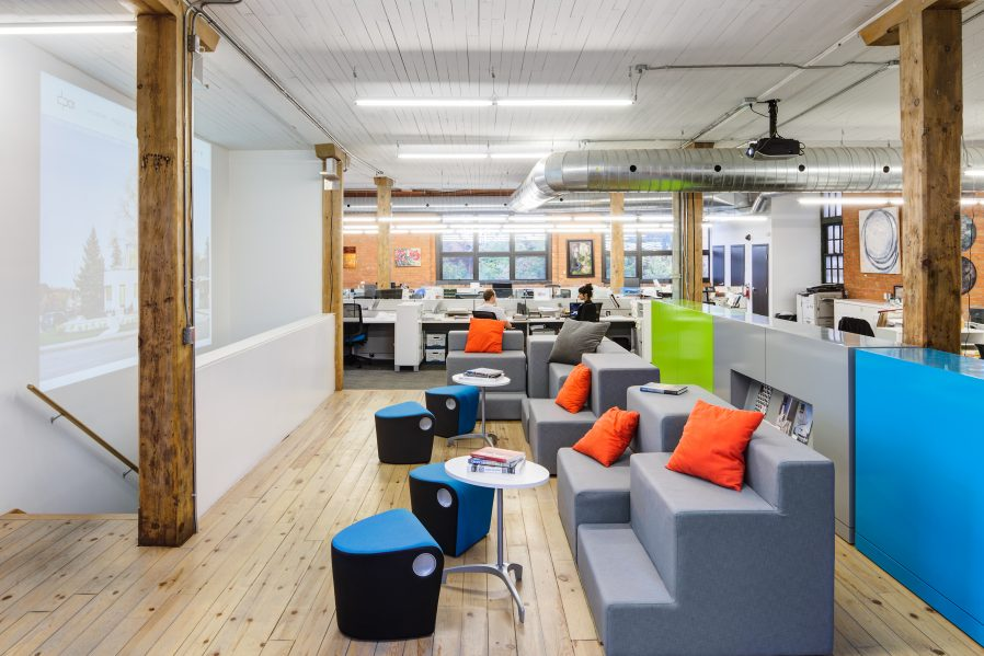 The lounge and the touchdown station are fully wired, offering secondary working spaces. They also offer great flexibility for holding community events, lunch and learns, movie nights and presentations. Photo: Revelateur Studio